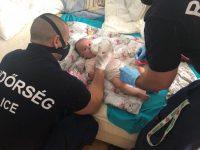 Rendőrök tették tisztába a kisbabát