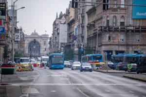 Budapest, 2021. július 12. Gépjármûvek közlekednek a felújítás alatt álló fõvárosi Blaha Lujza térnél 2021. július 12-én. Ezen a napon megkezdõdtek a munkálatok a téren. Az elsõ ütemben az aluljáró födémjét szigetelik, ezért 10-12 hétig komolyabb forgalomkorlátozásra kell számítani a csomópontban. A tér felújítása várhatóan 2022 végére fejezõdik be. MTI/Balogh Zoltán